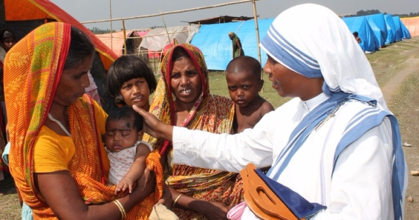 NUN GREETS REFUGEE AT CAMP IN INDIA