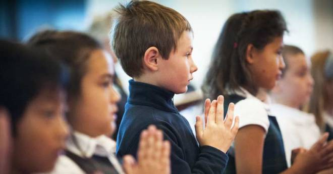 ninos-en-la-santa-misa-rezando-manos-juntas